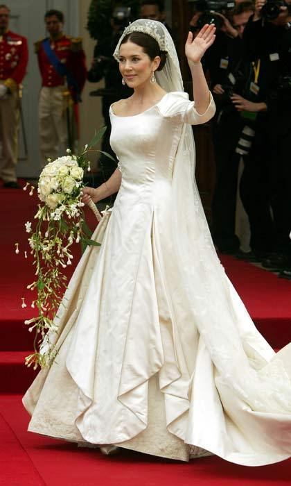 Arriving to the venue, Mary looked breathtaking in a simple ivory gown made of duchesse satin featuring a 19-ft train. The 32-year-old's wedding look was finished off with a delicate lace veil.
