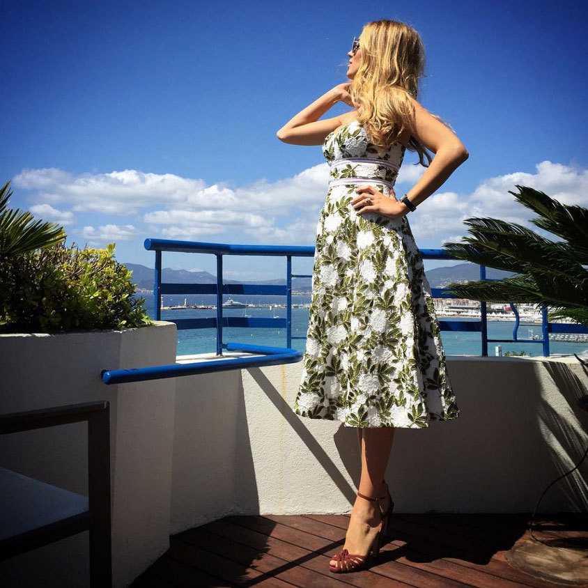 Seaside stunner! Even when she is not on the carpet, Blake Lively turns heads. The pregnant actress shared a snap of herself wearing a chic floral dress by Cynthia Rowley, which she paired with Sarah Flint Tara Sandals.