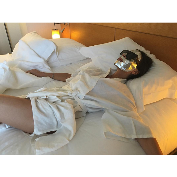 Victoria Beckham (@victoriabeckham) showed off her Estee Lauder PowerFoil mask while enjoying some R&R at her hotel.