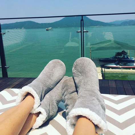 "Eva Longoria: ""Morning after foot attire... Me and VB relaxing by the lake  #YesIGotHerToWearUggs""