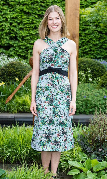 Rosamund Pike was among the first to see the Chelsea Flower Show in 2016, wearing a delicately floral-printed dress for the occasion.