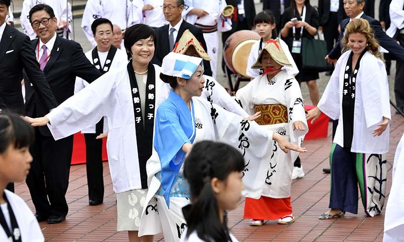 Sophie joined other spouses of G7 leaders, including Japan's Akie Abe (L), at a special dancing ceremony at Mikimoto Pearl Island in Toba. 