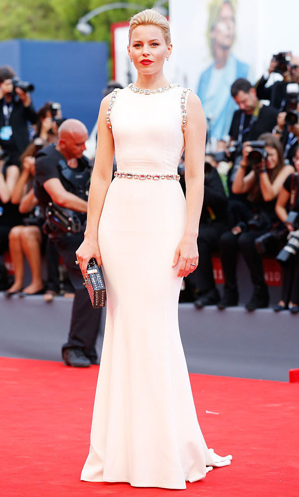 Elizabeth Banks kept it modern and chic wearing a Dolce & Gabbana gown with jewel embellishments at the waist, sleeves and neckline to the premiere of <em>Everest</em> during the 72nd Venice Film Festival.