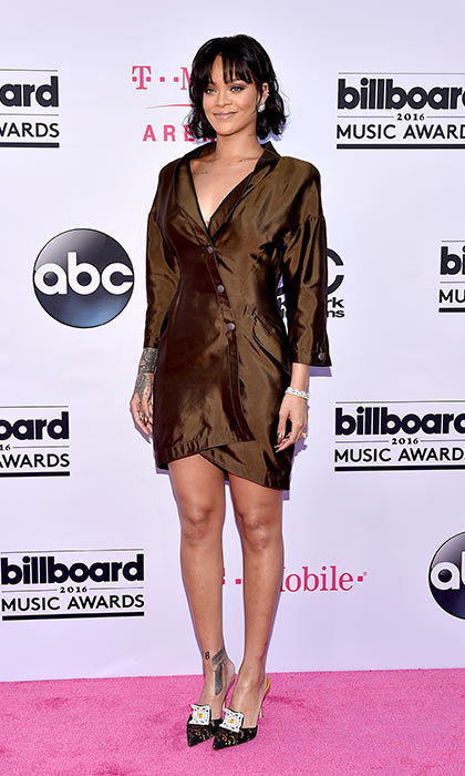 Toning things down in a simple shirt dress, Rihanna still ensured all eyes were on her. 