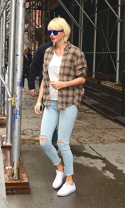 Taylor's freshly bleached hair allowed her to experiment with a cool grunge aesthetic - ripped jeans and a checked flannel shirt complete the look.