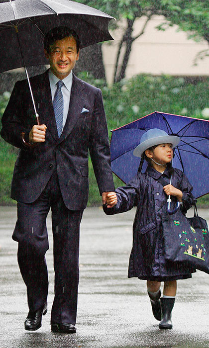 Weathering the storm together, the young royal and her father arrived at Gakushuin Kindergarten for the open house classes held for Father's Day.	