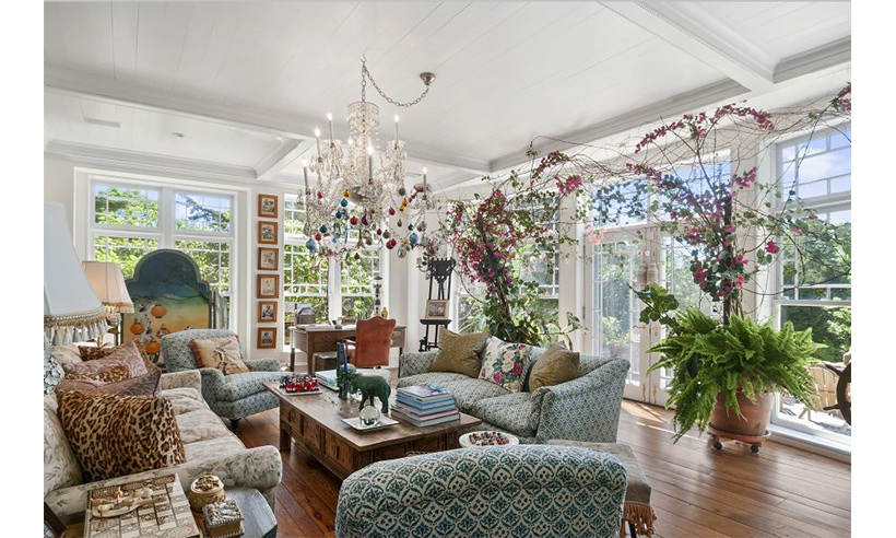 The mother of three decorated the estate with over-the-top accents and extravagant floral arrangements. 