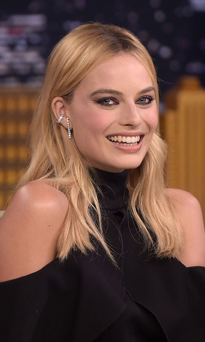 Looking effortlessly cool for an appearance on <em>The Tonight Show Starring Jimmy Fallon</em> with bold smokey eye make-up and loose tousled wavy hair. 