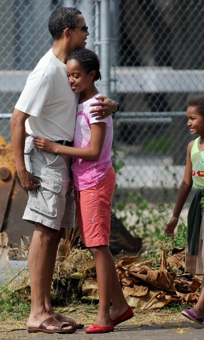 Barack and Malia hugged during a trip to the Honolulu Zoo