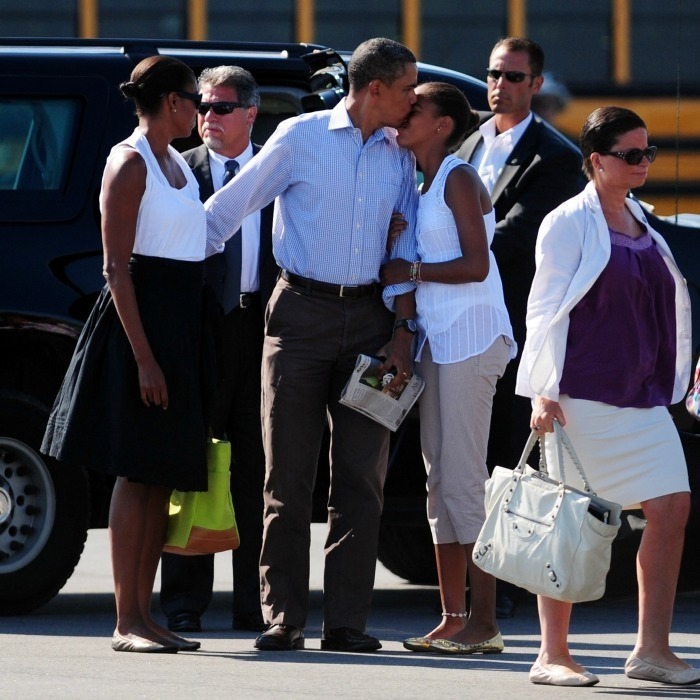 POTUS planted a kiss on oldest daughter Malia before boarding a plane in Martha's Vineyard.