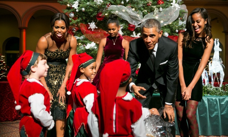 Malia and Sasha were their dad's little helpers during the taping of <em>Christmas in Washington</a>.