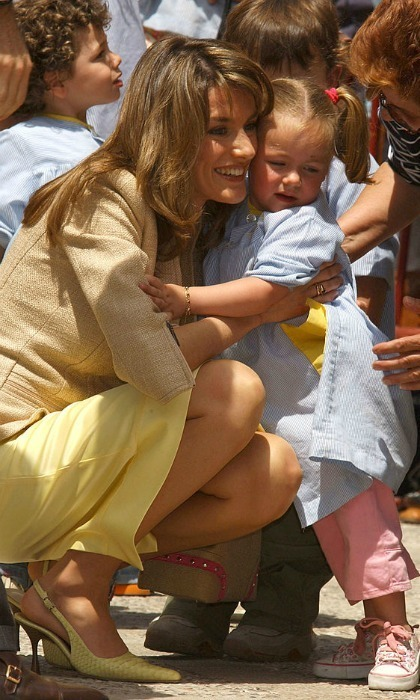 Respect the perimeter! One little girl wasn't too pleased about being hugged by Queen (then-Princess) Letizia at the Claustro de Santo Domingo in the Baleares Islands.