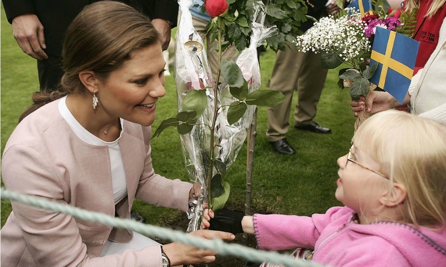 Crown Princess Victoria of Sweden was greeted with flowers by a young spectator in Borgholm, Sweden. 