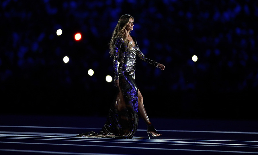 Brazlian supermodel Gisele Bundchen dazzled as she walked down a sensational catwalk down the centre of the stadium.<br> 