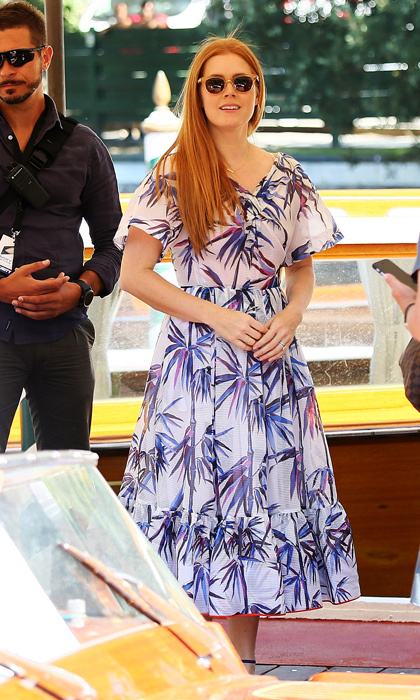Amy Adams brought some tropical flair to the 2016 Venice Film Festival on opening day, wearing a boldly printed dress with chic sunnies as she waited to board her taxi.