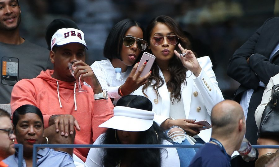 It was silly selfie time for Kelly Rowland and La La Anthony, as Carmelo Anthony kept his eyes on the action.