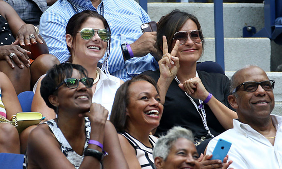 Debra Messing and Mariska Hargitay brought a little law and order to the women's final match. 
