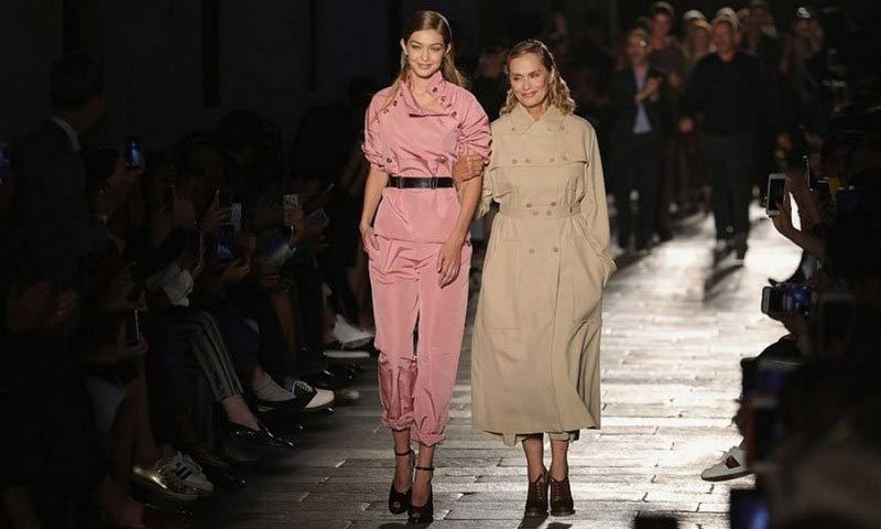 It was the pairing of a model icon and an icon in the making for Bottega Veneta's 50th anniversary show. Lauren Hutton walked arm-in-arm with Gigi Hadid down the catwalk.