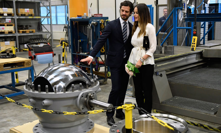 The Swedish royals examined machines that produce butterfly, check and ball valves for stainless steel materials. 