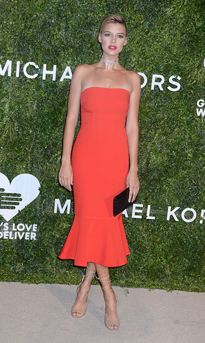 Kelly Rohrbach cut a striking silhouette in this peplum-hem bandeau dress. A statement choker and bold lip lent the perfect finishing touches.