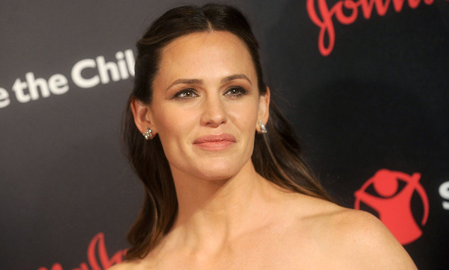 Jennifer Garner turned heads at the Save the Children gala with her glamorous soft eyeshadow and sleek half updo.
