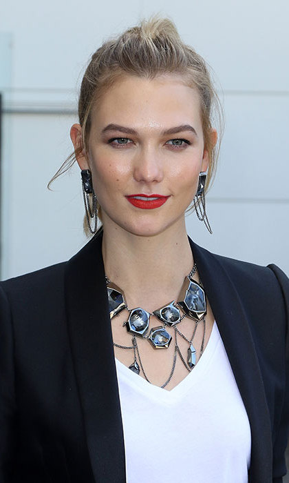 Karlie Kloss rocked bright red lips paired with a peach blush to highlight her enviable cheekbones.