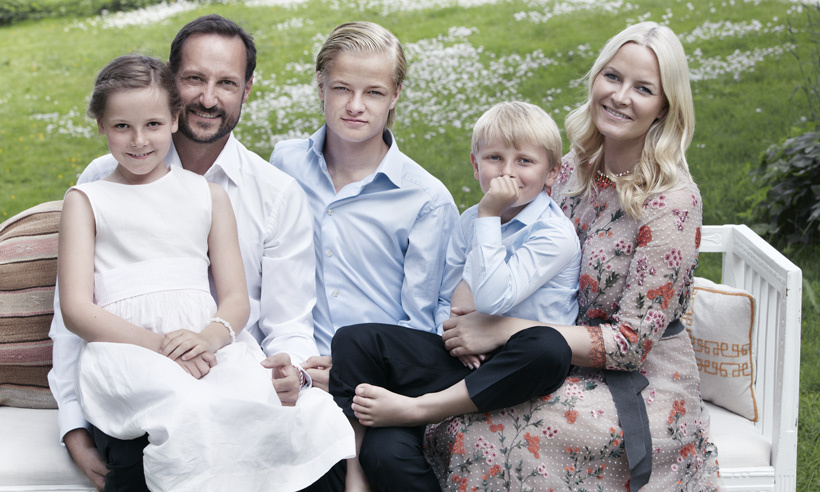The family pose together in celebration of Haakon's 40th birthday in 2013. 
