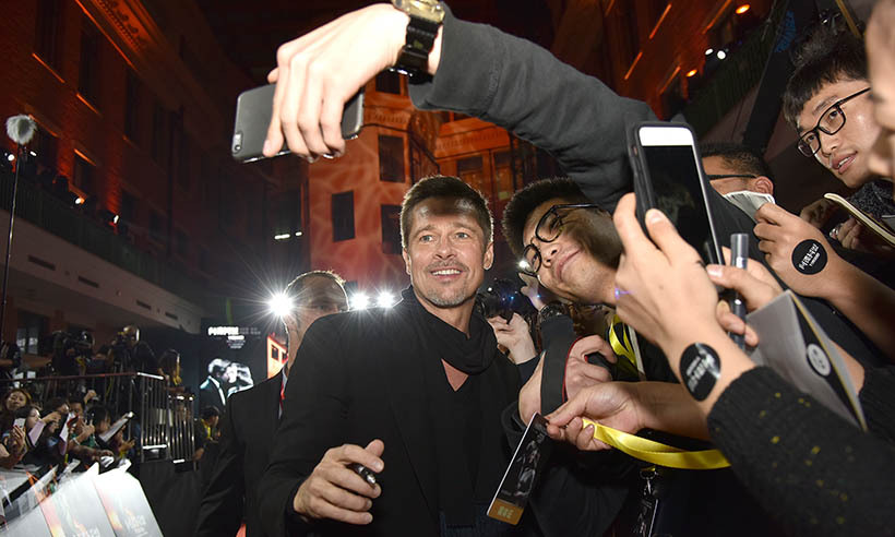 Brad Pitt greeted his fans at the premiere of his new film <i>Allied</i> in Shanghai. 