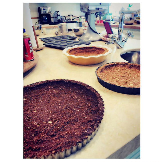 Kate Hudson kicked off her celebrations by preparing her pies a few days early.<br>Photo: © Instagram