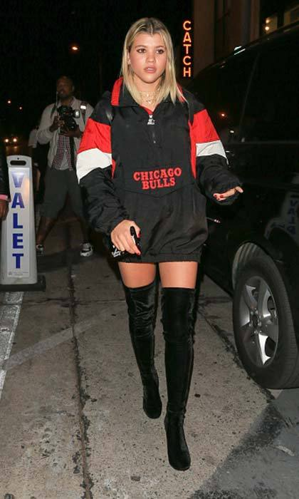 Sofia Richie paired velvet thigh-high black boots with an oversized sweatshirt.<br>Photo: © Getty Images