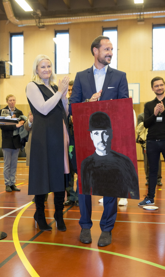 Crown Princess Mette-Marit of Norway applauded as her husband Crown Prince Haakon received a portrait of himself at the Groenland adult education center in Oslo prison.<br>Photo: &copy; NTB scanpix
