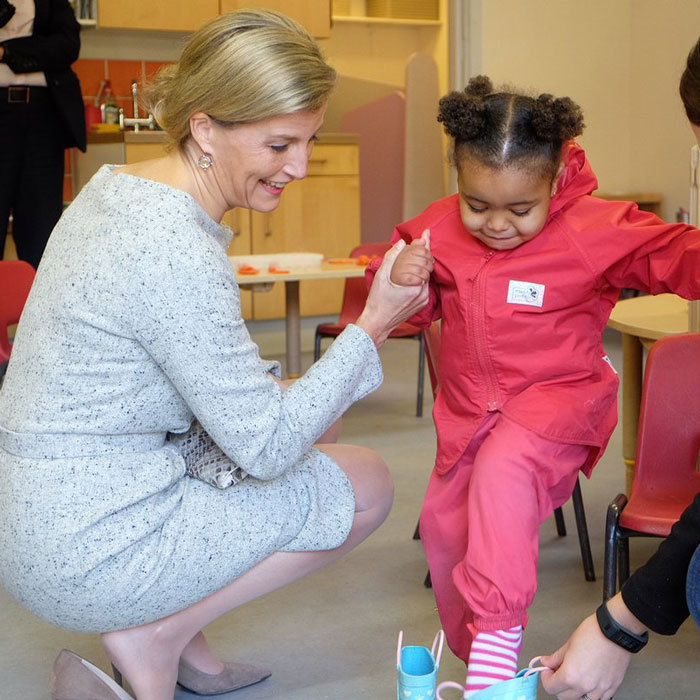 Sophie Wessex gave a young girl a hand putting on shoes, during her visit to Cathnor Park Children's Centre, which provides care and education for families.<br>Photo: &copy; Twitter