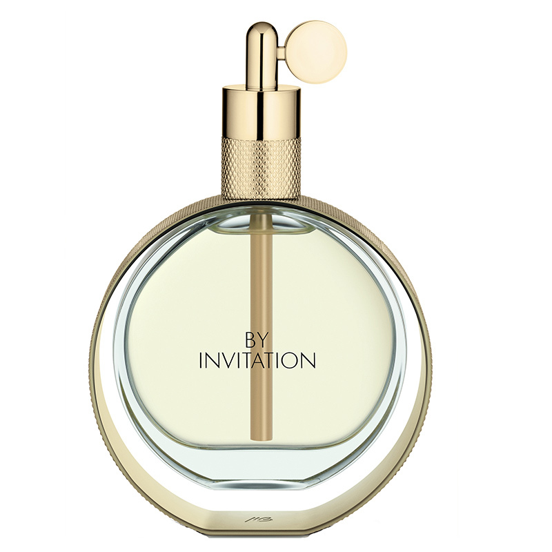 Soft, alluring and unapologetically romantic, this feminine scent mixes floral notes of lily-of-the-valley, jasmine, peony and rose with a warm base of sandalwood vanilla and praline. 