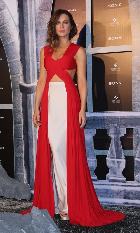 Actress Kate Beckinsale showed off her toned physique in a crossover peek-a-boo gown at the <em>Underworld: Blood Wars</em> Mexico City premiere.