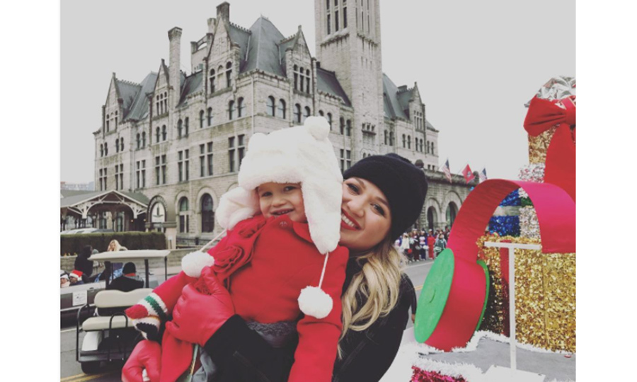 Kelly Clarkson took her daughter River to her first Christmas parade in Nashville.