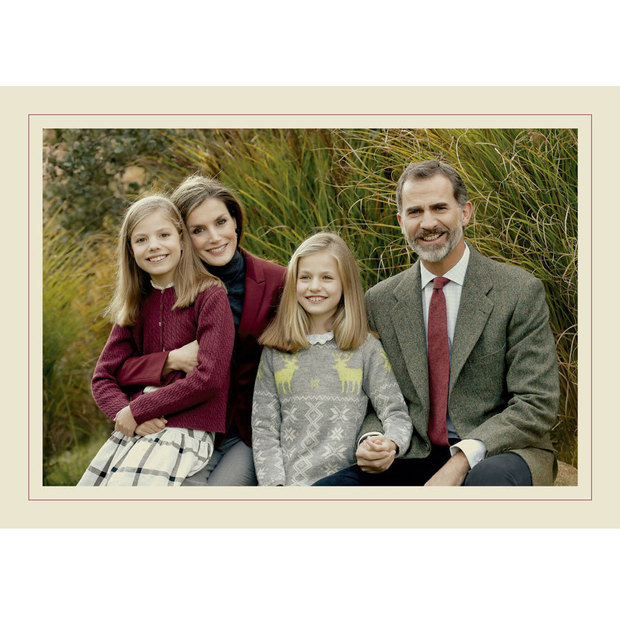 King felipe vi queen letizia and their kids are picture perfect in a photo of the spanish royal family m4hsunfo
