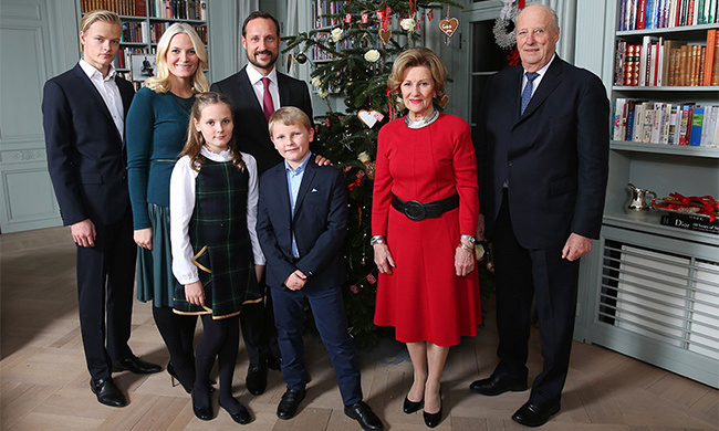 <h3>Norway</h3><p>The family of King Harald and Queen Sonja spend Christmas at The Royal Lodge, Kongsseteren, a traditional farmhouse built in 1907 in the hills outside Oslo. There presents are placed under the tree by Santa Claus, helped by small gnomes known as Julenissen. Norway also gives a huge tree to the UK every year, where it takes pride of place in Trafalgar Square. This is a token of thanks for the aid given to the country by Britain during World War II.</p>