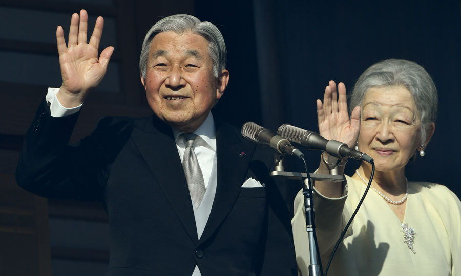 After calling for peace in his New Year's speech, Japanese Emperor Akihito and Empress Michiko waved to well-wishers on the balcony of the Imperial Palace in Tokyo.