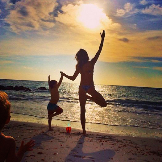 <p>Brazilian supermodel Gisele Bündchen included her son Benjamin in a sunset yoga session.</p><p>Photo: &copy; Instagram/@gisele</p>