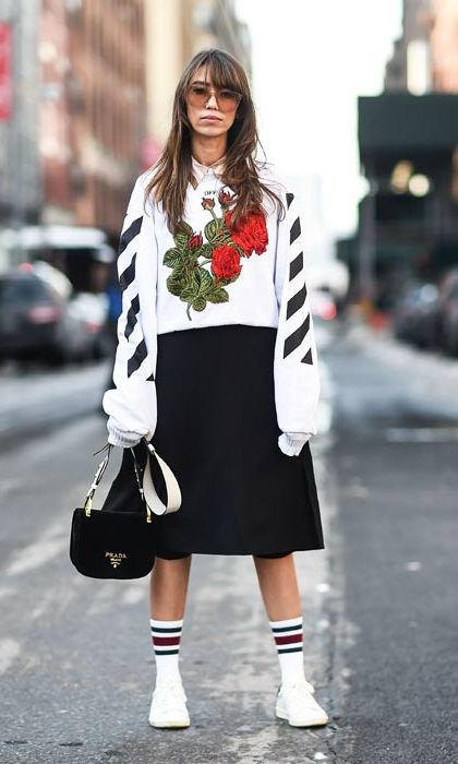 This oversized sweatshirt dress looks cosy and cool. Pulled up ankle socks and white pumps add a laid-back preppy vibe.