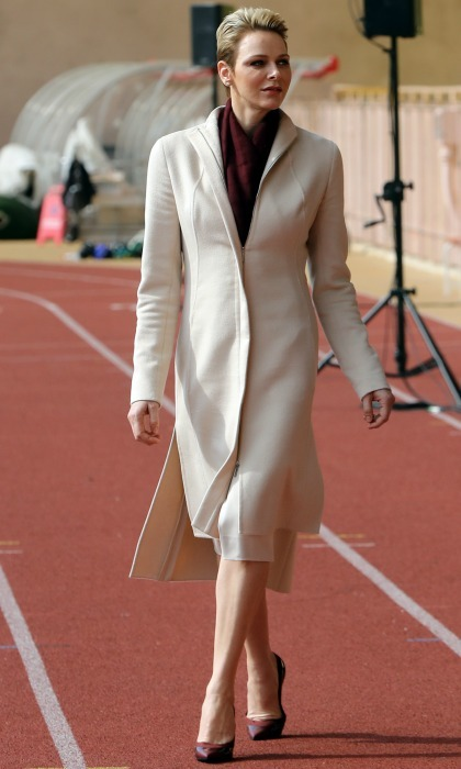 A day for sports and fashion! Princess Charlene took on the rugby field in long cream coat, paired perfectly with a burgundy scarf and pumps during the International Rugby tournament.