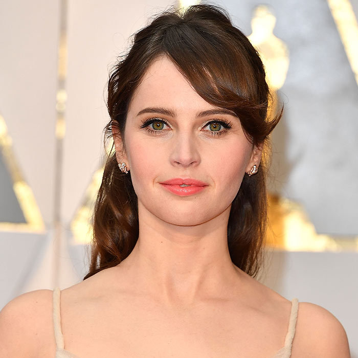 <h2><strong>Half-up &rsquo;do</strong></h2><p>Not only is Felicity Jones bringing back bangs in a big way, but her combination of&nbsp;a romantic side sweep with a half-up/half-down style brings a refined update&nbsp;to a timeless look. To get it, loosely curl your hair and then use a fine-toothed comb to separate an upper layer before pinning it back. (Pro tip: go for a half bun for added ballerina vibes.) Mix in some piece-y bangs and voila&mdash;you&rsquo;re an English rose.</p><p>Photo: &copy; Getty Images</p>
