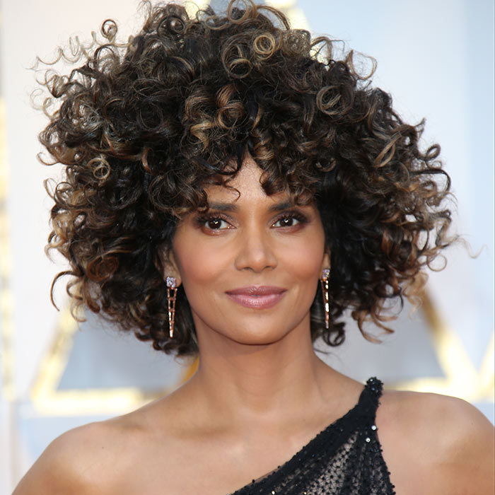 <h2><strong>Voluminous curls</strong></h2><p>Let your curls go wild with this hairdo inspired by Halle Berry at this year's Oscars. Hairstylst Castillo relied on Halle's natural texture and cleaned it up with a curling wand for definition. Whether you go for super defined curls like Halle, or let your hair do its own thing like Solange, voluminous curls are always a lot of look.</p><p>Photo: © Getty Images</p>