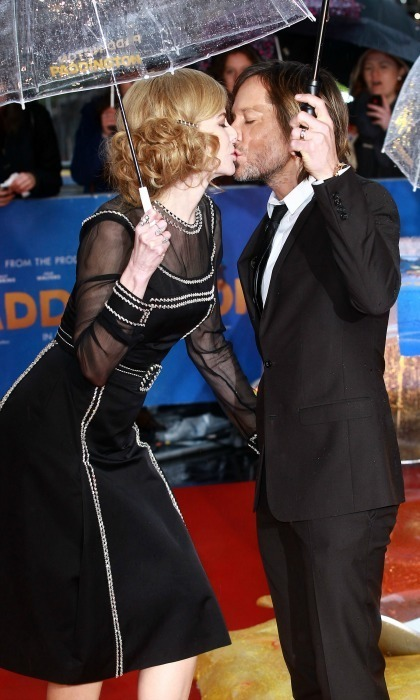 Nicole and Keith stole a kiss in the rain while attending the Paddington world premiere.