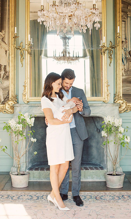 <p><strong>Drottningholm Palace in Sweden</strong></p><p>Members of the Swedish royal family live in different parts of&nbsp;Drottningholm Palace, including Prince Carl Philip and Princess Sofia. Here, the couple pose with their newborn son Prince Alexander in May 2016. Carl Philip and Sofia's palatial residence features ornate gilt mirrors, chandeliers, fine art and tapestry rugs. </p><p>Photo: Erika Gerdemark / Royal family</p>