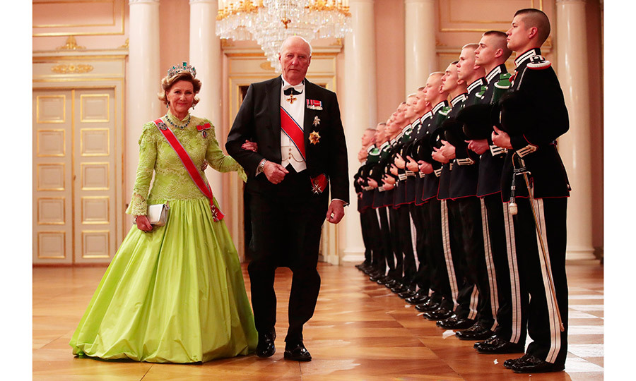 The belle of the ball and the man of the hour, Queen Sonja and King Harald made their way into the banquet arm-in-arm. 