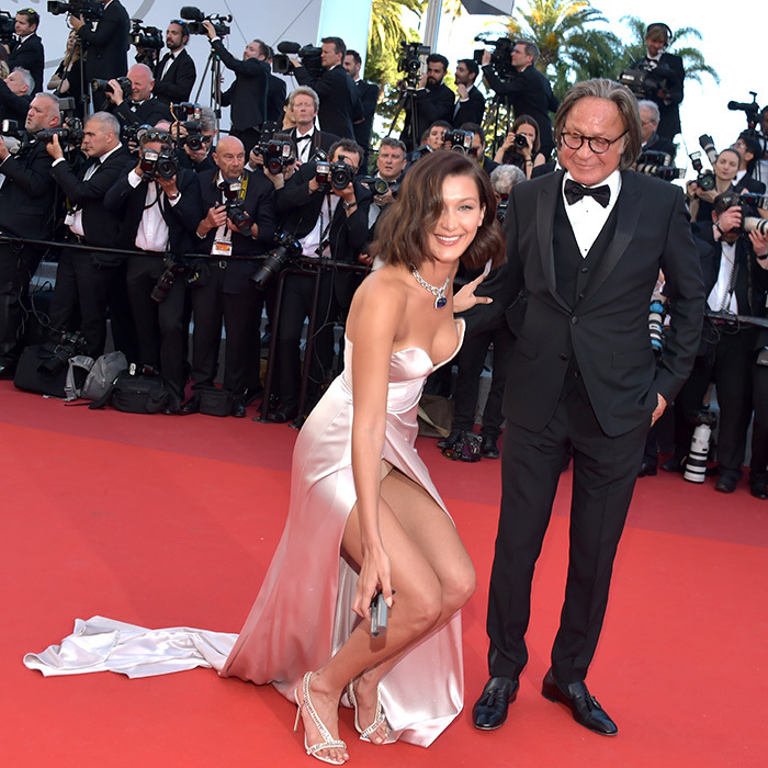 Bella Hadid, who brought her proud father Mohamed to the premiere of <em>Ismael's Ghosts</em>, helped out a photographer by retrieving a rogue battery pack on the red carpet. 