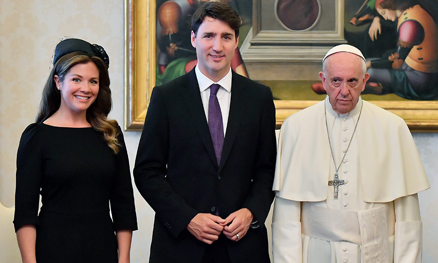 For her meeting with the Pope at the Vatican on May 29 2017, Sophie looked lovely in a black dress by Éditions de Robes and matching Lilliput Hats chapeau. She further accessorized with a pair of black Ron White pumps and Ela handbag. 