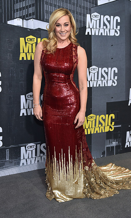 Kellie Pickler heated up the scene in gold and burgundy at the 2017 CMT Music Awards.