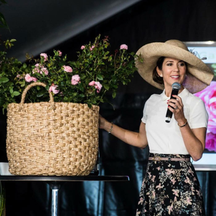 Crown Princess Mary showed off the perfect gardening attire when she baptized the 'CPH Garden in Bloom' at the CPH Garden 2017 exhibition. 